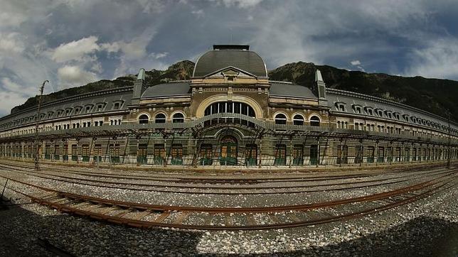 Estación de Canfranc: un edificio imponente rodeado de naturaleza