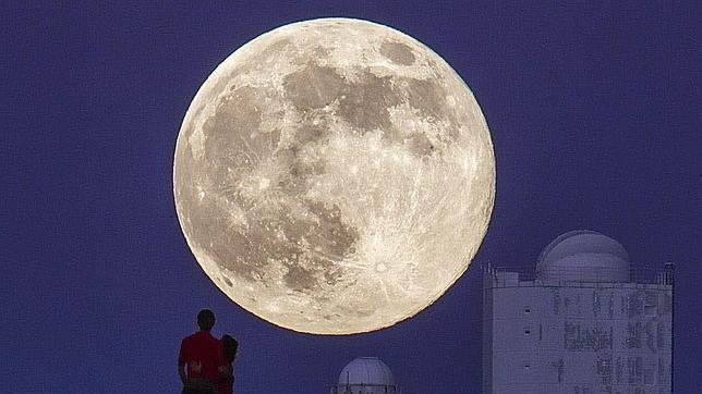 Una nueva superluna saldrá esta noche por el horizonte