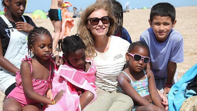 La ex primera dama rodeada de niños en uno de sus viajes