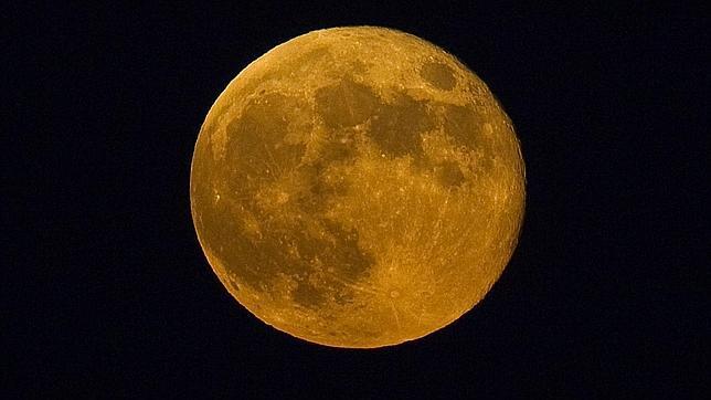 Una nueva superluna sale esta noche por el horizonte