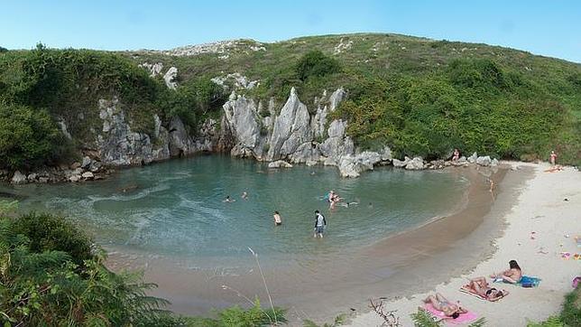 La playa m s peque a del mundo est en espa a for Piscinas naturales cantabria