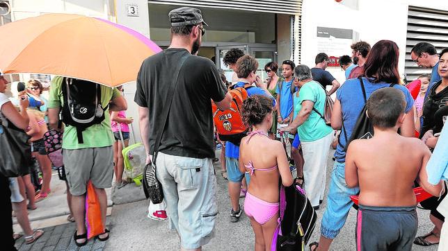 Alumnos del colegio Santa Teresa de Valencia acudieron ayer a clase en bañador como protesta por las altas temperaturas en las aulas
