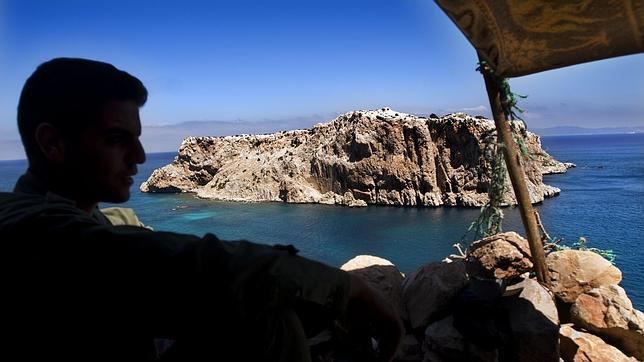 Un militar marroquí hace guardia frente al islote de Perejil