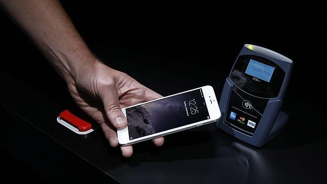 Un hombre realiza una demostración del nuevo Apple Pay durante el lanzamiento de dispositivos Apple
