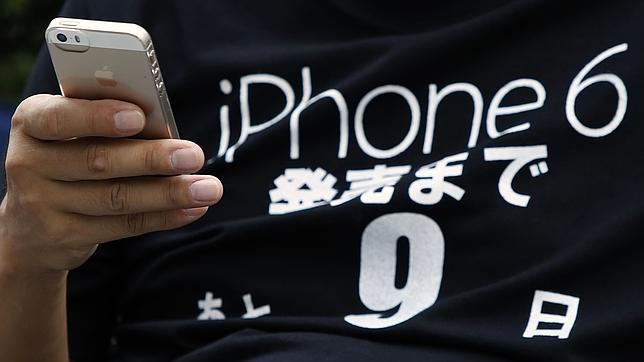Una persona muestra un móvil con una camiseta en honor al iPhone 6