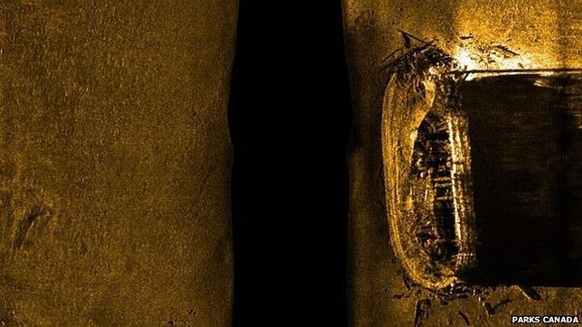 Imagen de sónar de barrido lateral con el casco del barco, que sigue intacto
