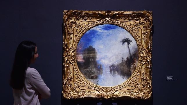 Una mujer admira una de las obras de la muestra «El último Turner»