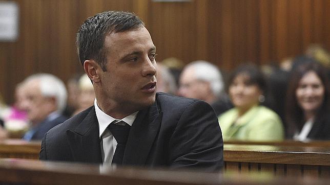 Oscar Pistorius mira hacia atrás al llegar los padres de Reeva Stenkamp