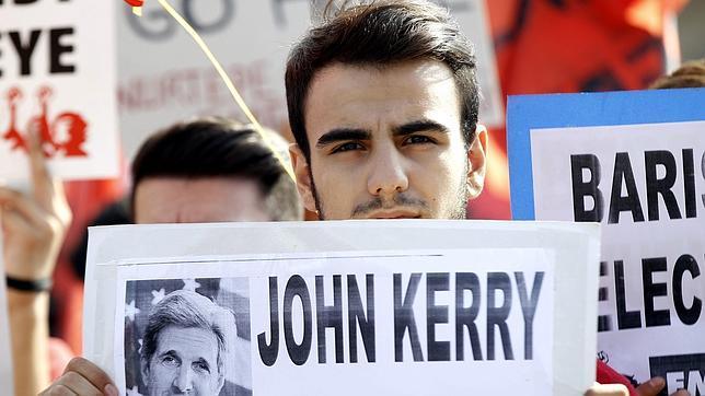 Un grupo de jóvenes turcos protestan en contra de la visita del secretario de Estado estadounidense, John Kerry, a Turquía en Estambul
