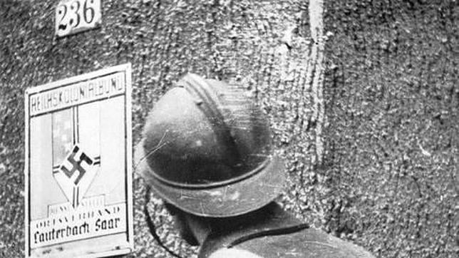 Un soldado francés observa un cartel alemán durante la ofensiva del Sarre