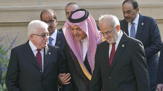 El presidente de Irak, Fouad Massoum, habla con los ministros de Exteriores de su país, Ibrahim al-Jaafari, y de Arabia Saudí, aud al-Faisal