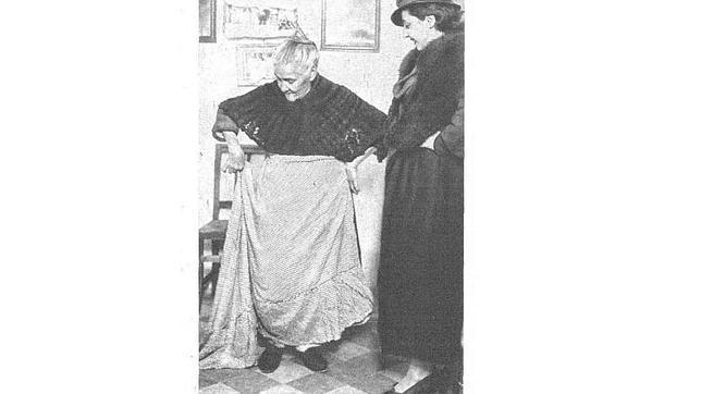 Rita La Cantaora enseñaba con orgullo a la revista «Estampa» la falda con la que salió a cantar por última vez en 1934