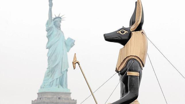 Anubis pasa frente a la Estatua de la Libertad en una exposición en Nueva York en 2010