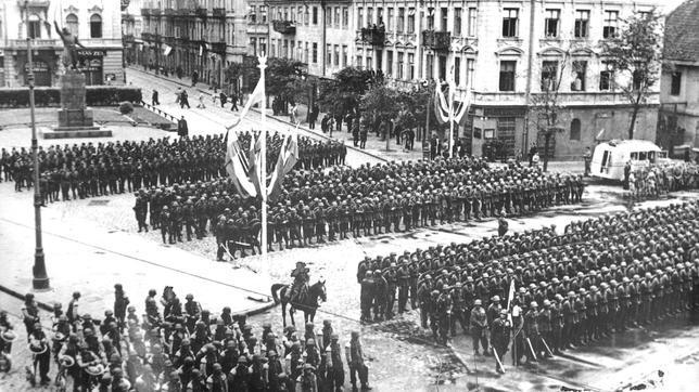 Tropas polacas en la Plaza del Mariscal Pilsudski de Varsovia