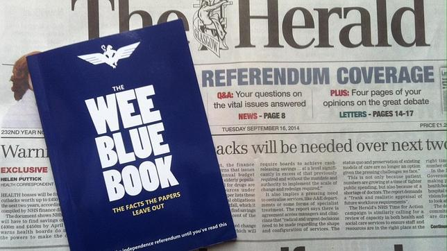 Ejemplar del «libro azul» por la independencia, la guía más popular en la campaña por el «sí»