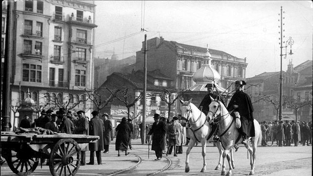 Una pareja de la Guardia Civil patrullando por las calles de Oviedo en 1931
