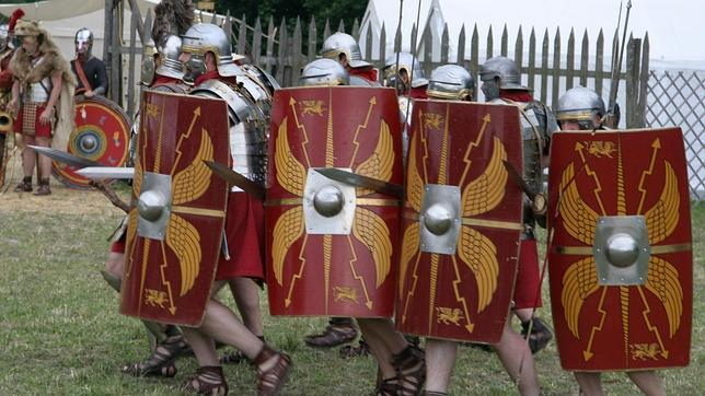 Recreación de actores de Pram (Austria) del avance de una legión romana con los gladius» en la mano