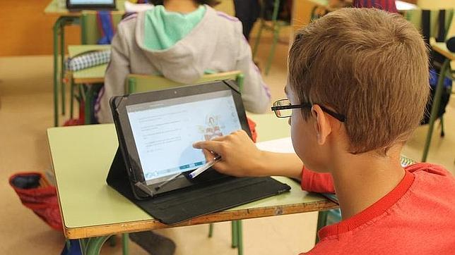 Alumno de un colegio empleando una tableta como libro electrónico