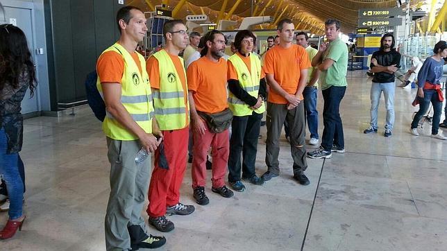 Los seis espeleólogos que forman el equipo de salvamento en la T-4 del aeropuerto antes de partir hacia Perú