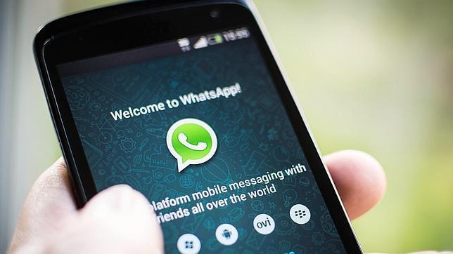 Un usuario accede al servicio de mensajería Whatsapp a través de su móvil