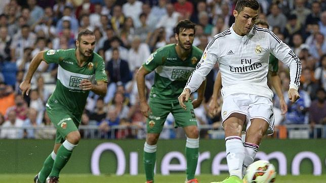 Tres penaltis polémicos de Clos Gómez en el Bernabéu