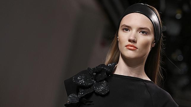 Una modelo presenta una creación de la colección prêt-à-porter primavera-verano de 2015 del diseñador Pascal Millet
