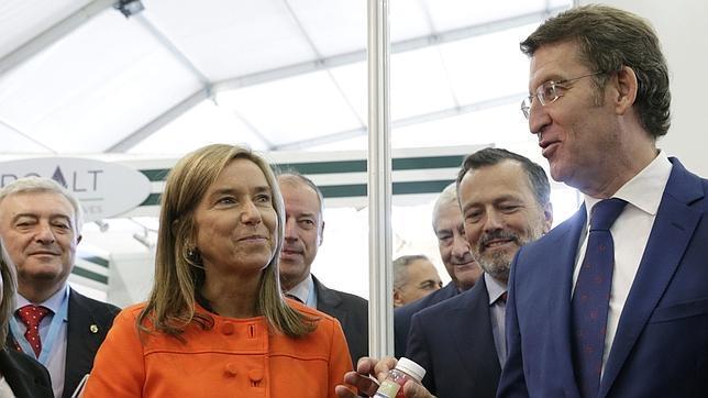 La ministra de Sanidad, Ana Mato (I), y el presidente de la Xunta, Alberto Núñez Feijóo durante la inauguración del congreso de biotecnología, «Biospain 2014», esta mañana en Santiago de Compostela.