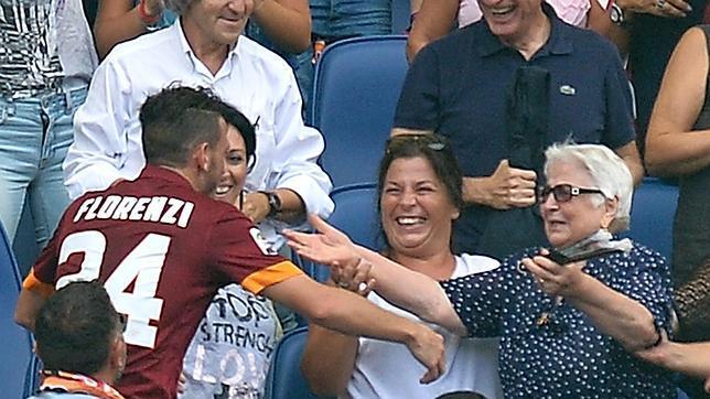 Florenzi, jugador del Roma, corre hacia la grada para abrazar a su abuela tras marcar un gol
