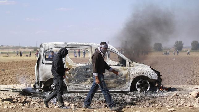 Varios kurdos de Siria se enfrentan a la policía antidisturbios de turca que patrulla la frontera entre Siria y Turquía