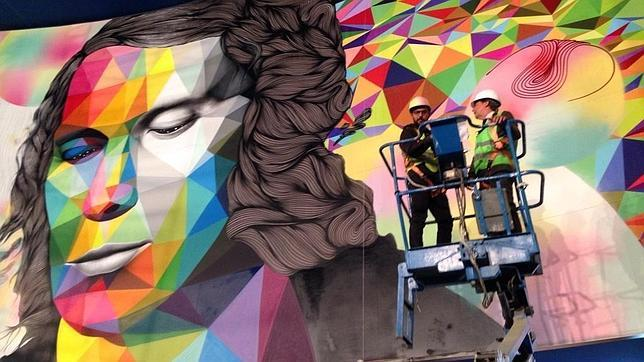 El presidente de la Comunidad, Ignacio González, con los artistas visitando el mural de la estación dedicado a Paco de Lucía