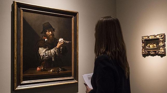 Una mujer admira «El Olfato», de Ribera