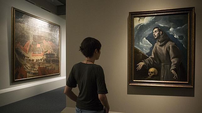 Una joven admirando un Greco de la Colección Abelló