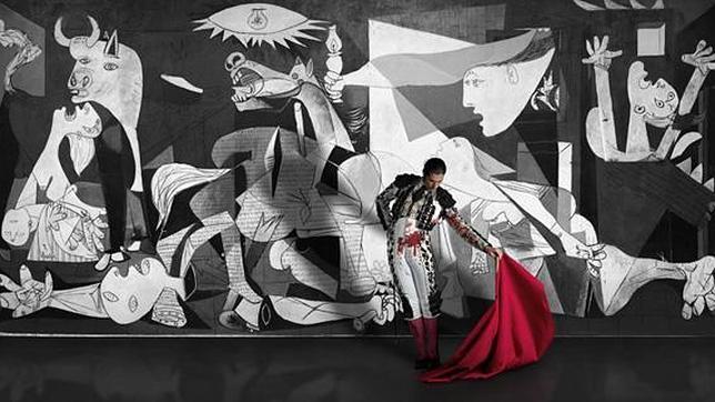 Javier Conde, delante del «Guernica», en el corto «A cry for peace»