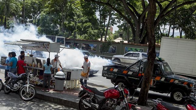 Un camión fumiga las calles del municipio de Chacao (Caracas) para prevenir los virus del dengue y la chikunguña en Caracas