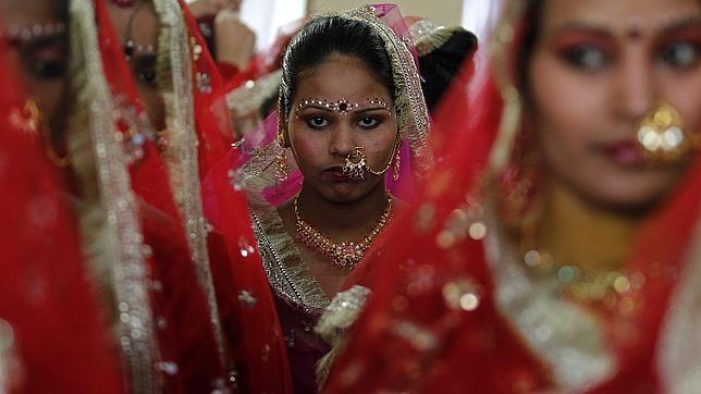 Novias acuden a una ceremonia multitudinaria en Noida, a las afueras de Nueva Delhi