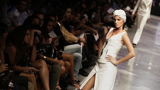 Una modelo posa durante el desfile de Valencia Fashion Week