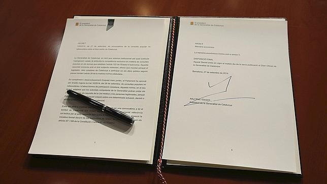 Fotografía facilitada por la Generalitat de Cataluña del decreto de convocatoria de la consulta firmado por Artur Mas