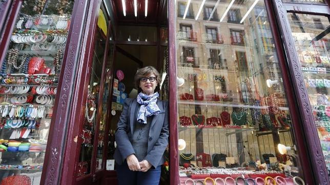 Almudena Zarco, en su bisutería de la calle Mayor, con «entrada libre», según reza el cartel