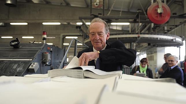 El director de la RAE, José Manuel Blecua, consulta los pliegos del nuevo diccionario
