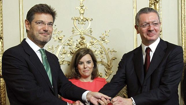 El nuevo ministro de Justicia, Rafael Catalá recibe su cartera ministerial de manos de su antecesor en el cargo