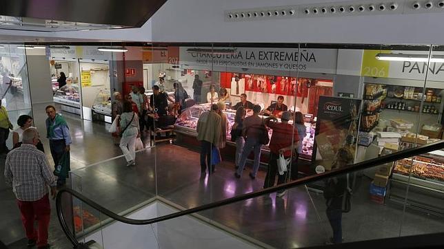 los clientes hacen sus compras en el renovado mercado barcel
