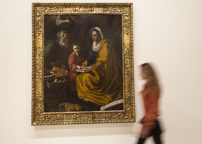 Una joven paseaba ayer junto a «La educación de la Virgen», obra atribuida a Velázquez