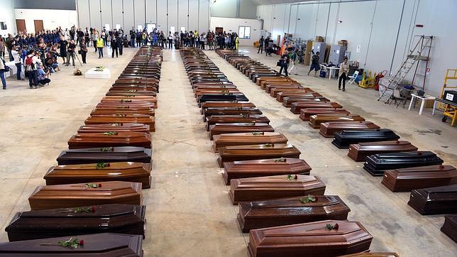 Imagen del 5 de octubre de 2013, donde aparecen los ataúdes de las víctimas de la tragedia situadas en fila en el aeropuerto de Lampedusa