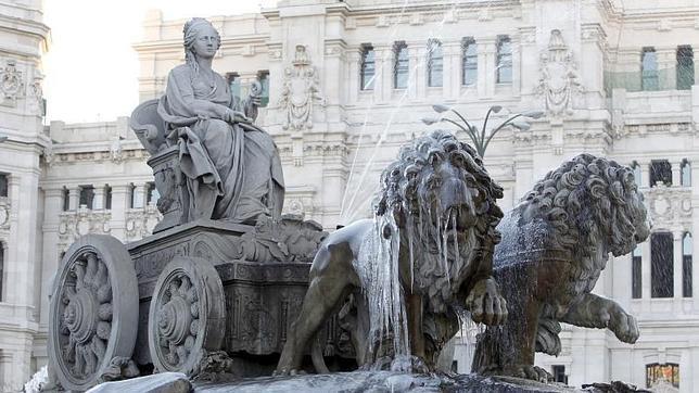 El agua de la fuente de la diosa Cibeles helada por las bajas temperaturas registradas en Madrid