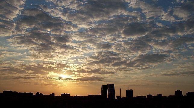 El cielo de Madrid al atardecer desde el cerro Garabitas