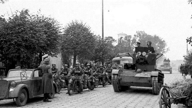 Un carro ligero soviético T-26, junto a una columna motorizada de la 'Wehrmacht', en Polonia, en septiembre de 1939