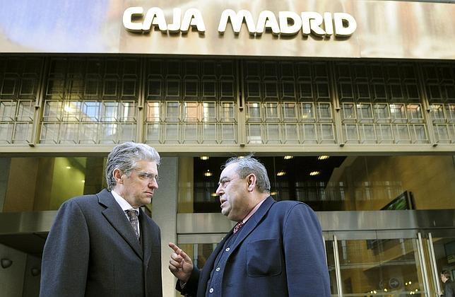 Miguel Ángel Araujo (derecha) conversa con Pablo Abejas (i), entonces presidente de la Comisión de Control de Caja Madrid, en 2011