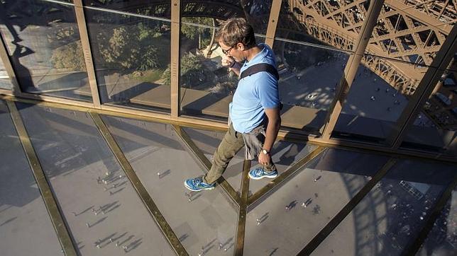 El suelo de cristal de la primera planta de la renovada Torre Eiffel