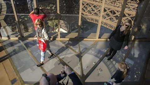 La Torre Eiffel inaugura un suelo de cristal de vértigo