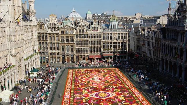 Tapiz de flores en la Grand Place de Bruselas